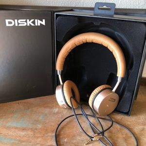 Diskin gold and tan noise cancelling headphones
